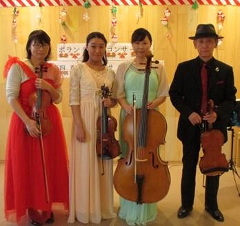 演奏者4人の方が楽器を持っての記念撮影です